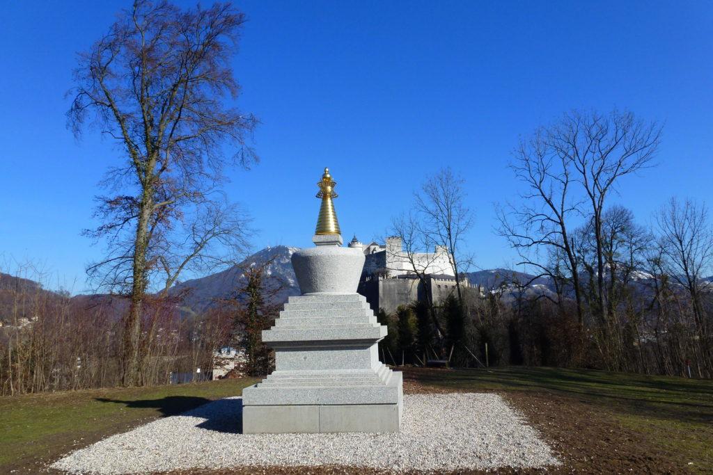 Stupa am Mönchsberg vor der Festung Hohensalzburg